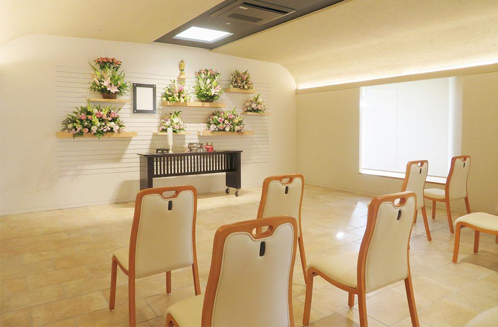 白を基調とした明るく清潔感のある天翔苑グリーンピース家族葬ホール